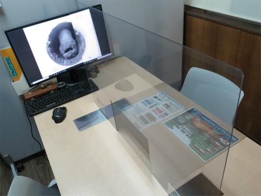 飛沫感染対策に透明アクリルパーテーション。  私が自作するとお手製感が満載になるので、ポチッてみました。