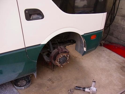 トラック、バスの整備。   たまにしますが毎日は無理かも。